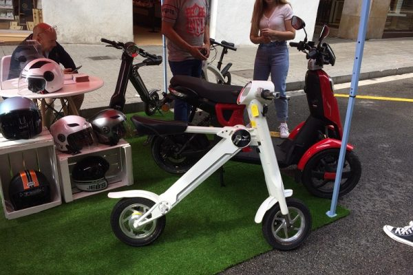 Así fue la prueba de motos eléctricas en el barrio de Gràcia de Barcelona
